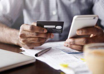 Thẻ ngân hàng màu đen là gì? Của ngân hàng nào? Và có công dụng gì